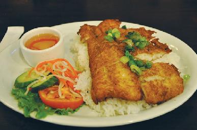 お肉もいいけどお魚が気分の時には白身魚のフライLemongrass Fish on Rice $9.50もおススメ